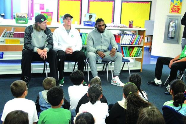 ➥➥ Los jugadores de los Celtics desde la izquierda: Kelly Olynyk, Jonas Jerebko y Jae Crowder conversan con los estudiantes de la Escuela Frost.