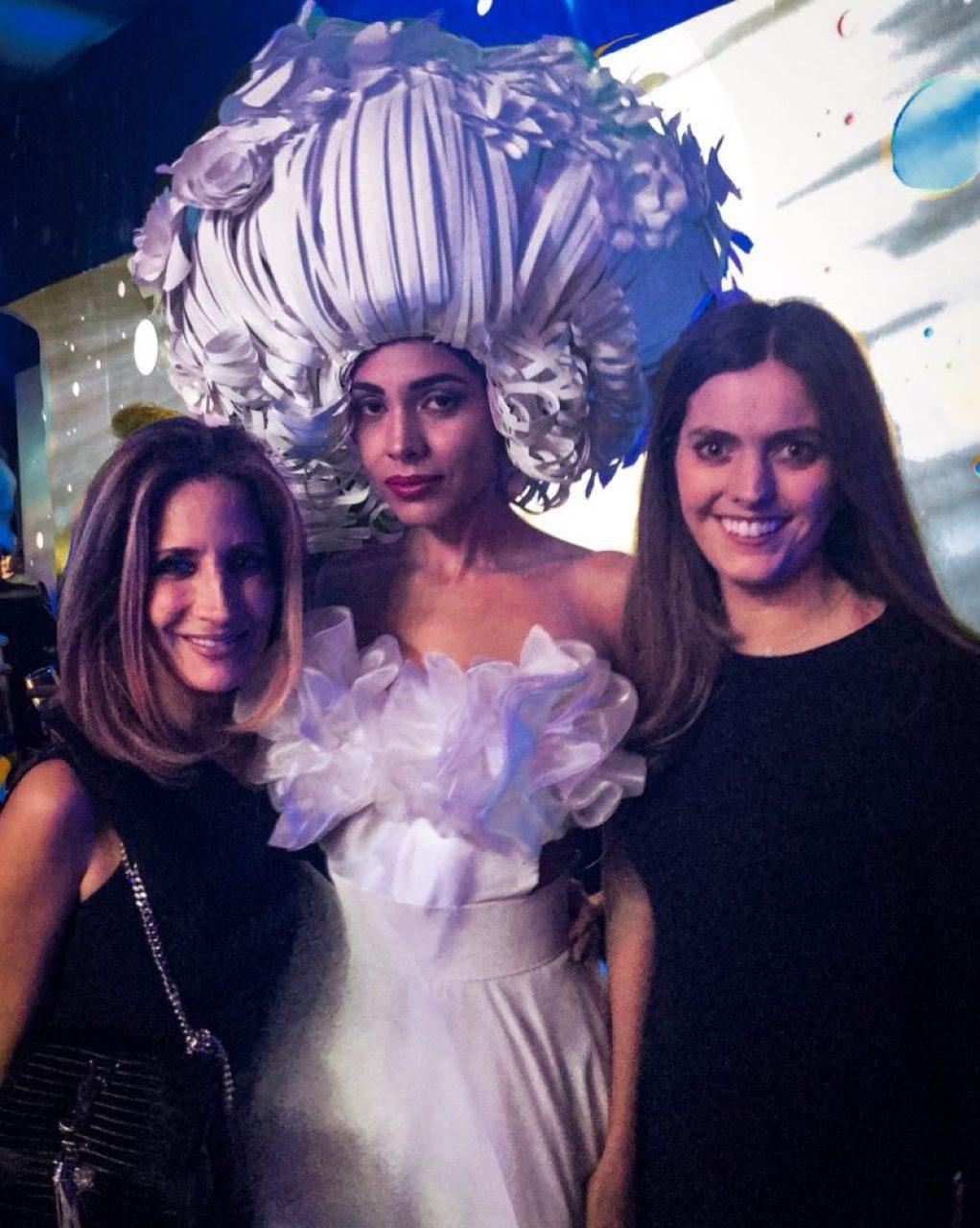 Lucero Panimávida y Regina Gaxiola con el sombrero de su creación.. Más datos sobre esto en Regina te lo cuenta mejor...