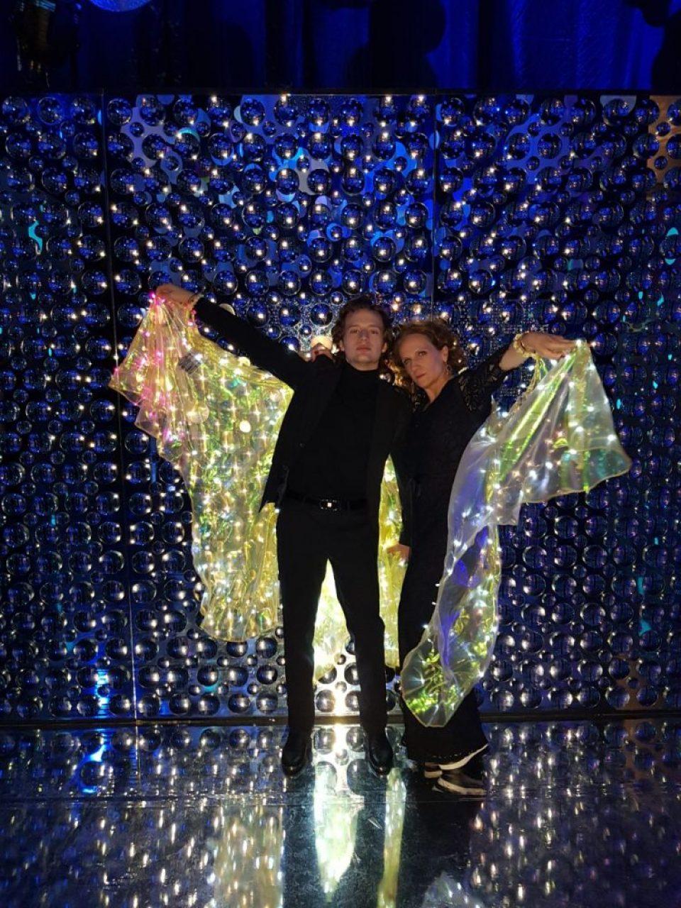 Toño y Ramona Cosio con las alas especiales que mandaron a hacer para la fiesta.