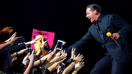 Luis Miguel saludando a sus fans