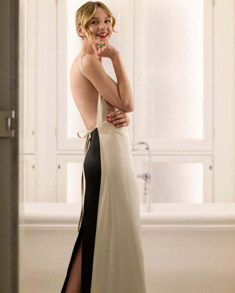 Carey Mulligan luce un vestido Prada y accesorios Cartier en los SAG Awards 2021.