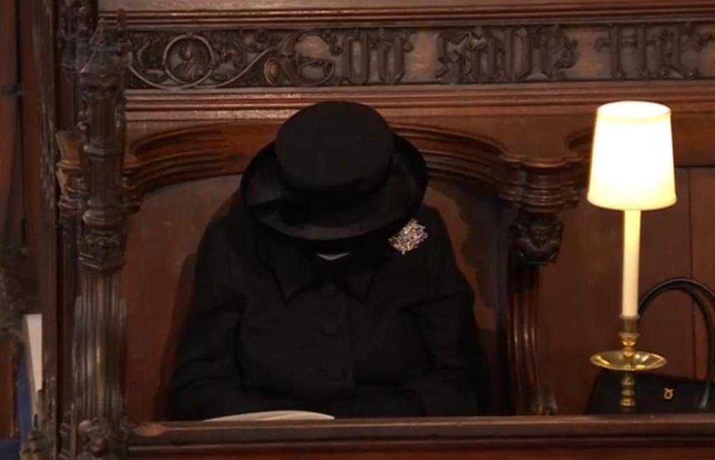Reina-Isabel-rezando-funeral-Felipe