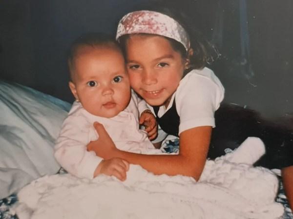 Frida Sofía y su hermana