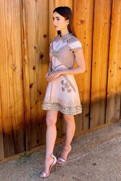 Lily Collins en un vestido corto de George Hobeika.
