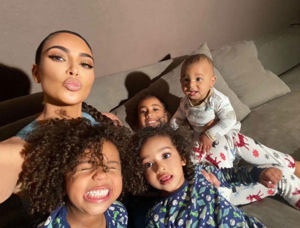 Kim Kardashian con sus cuatro hijos