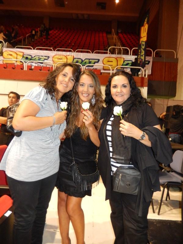 Eugenia con sus amigas en el concierto