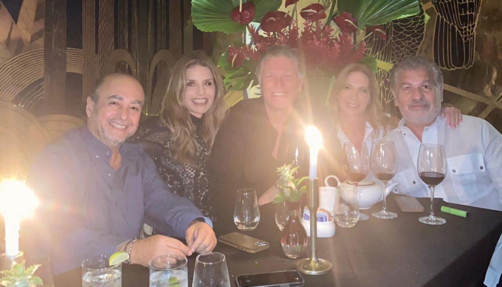 Rossana Vergara y Elías Sacal con amigos en Miami
