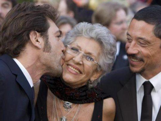 Javier Bardem y su hermano Carlos junto a su madre Pilar