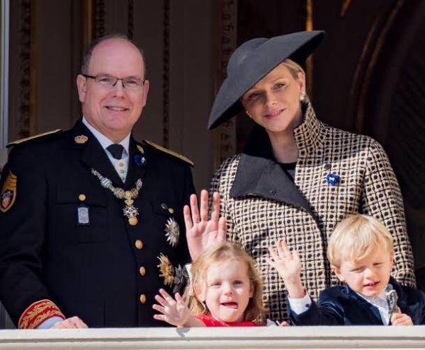 Príncipe Alberto y Charlene de Mónaco con sus hijos