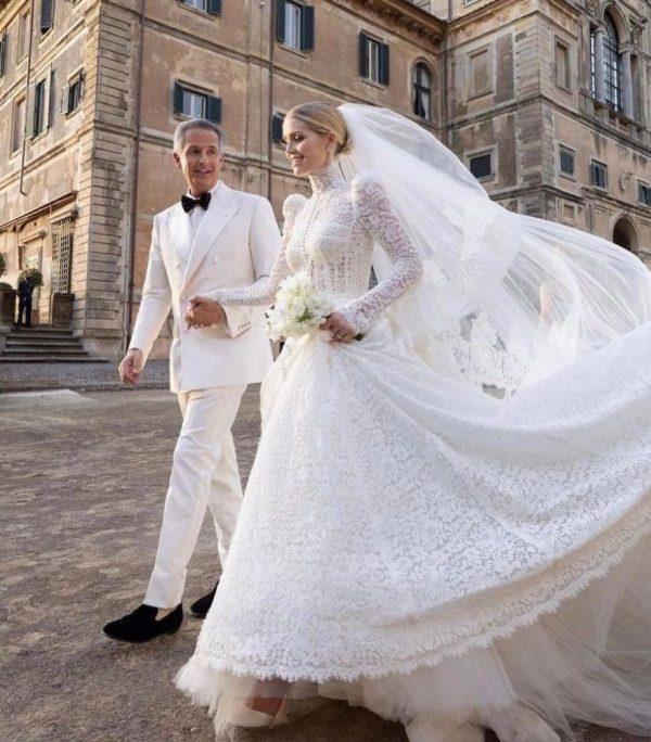 Su vestido de novia fue en encaje y estilo victoriano.