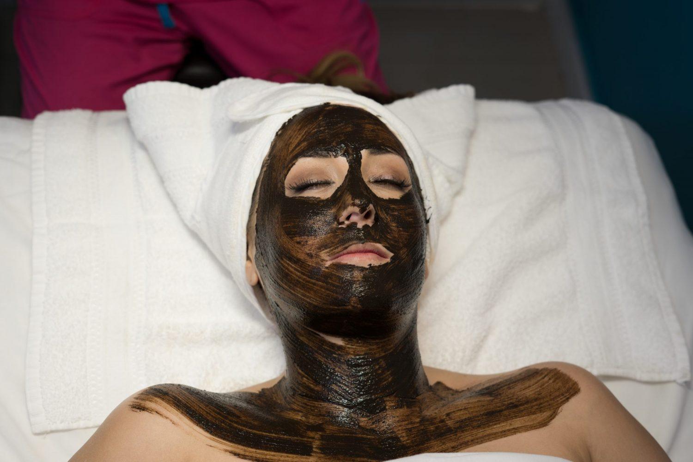Todo lo que debes saber sobre el facial personalizado de Moor + nails
