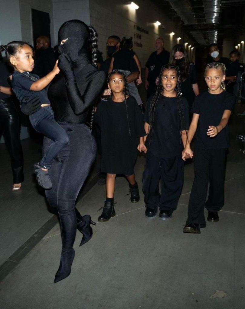La familia West Kardashian se viste de negro en apoyo al rapero