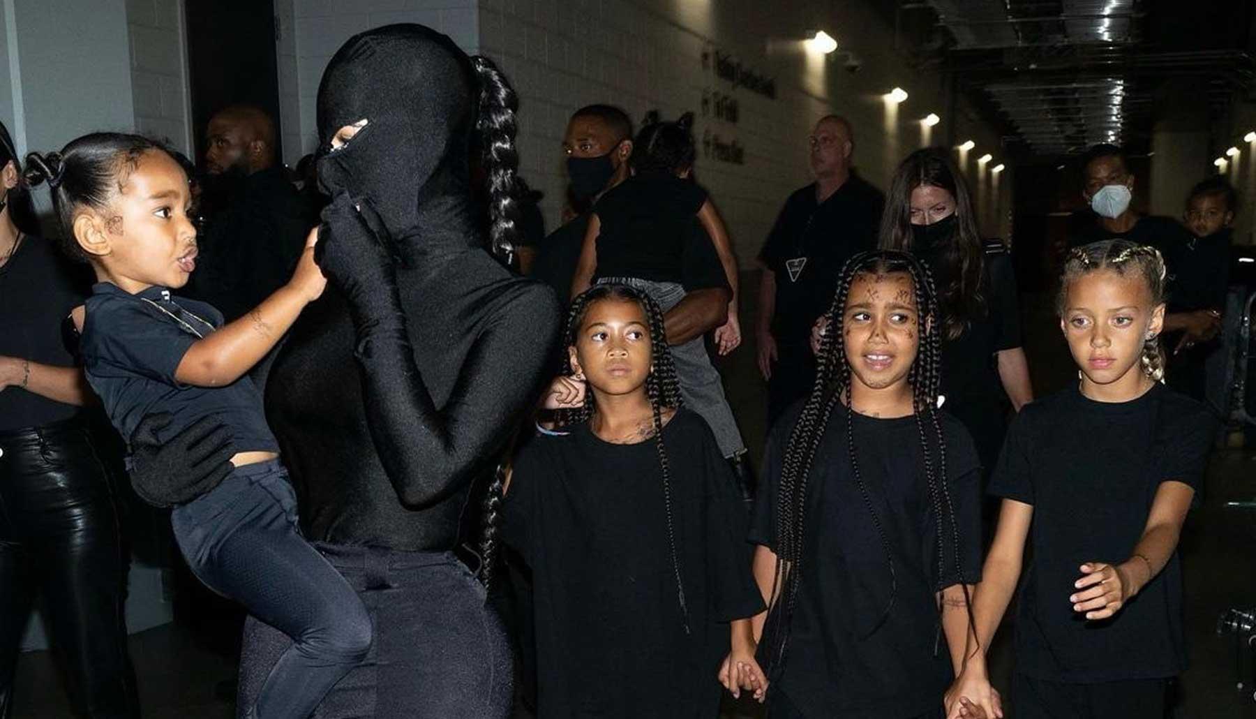 Kim Kardashian y sus hijos se visten a juego con Kanye West
