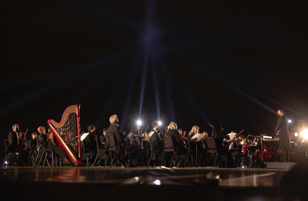 """La Orquesta Sinfónica de Minería hizo un performance de """"Moon River""""."""