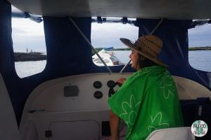 Foto de Gaby en lancha rápida de Galápagos elmundoenlamochila.com