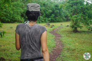 Foto de Chica caminando por la selva