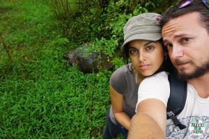 Foto Selfie Peter y Gaby con tortuga galápago