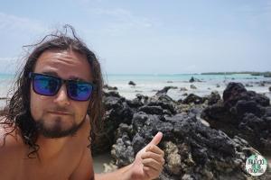 Peter con garza azulada de Galápagos elmundoenlamochila.com