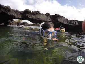 Foto de Gaby snorkeleando en Los Túneles elmundoenlamochila.com