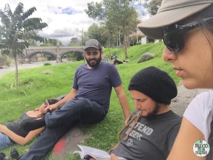Relajados a orillas del Tomebamba, con Raquel y Andreu