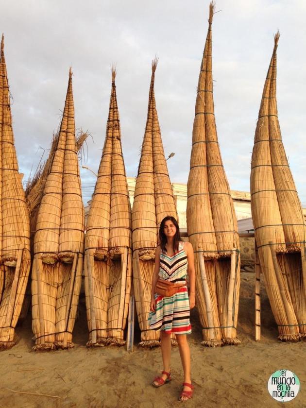Gaby junto a los caballitos de totora