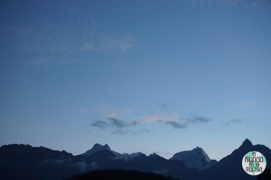 Amanecer con las montañas de Huaraz y la Cordillera Blanca