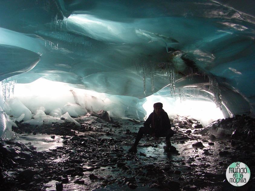 Peter dentro de una cueva de hielo en el Nevado Pastoruri en 2007