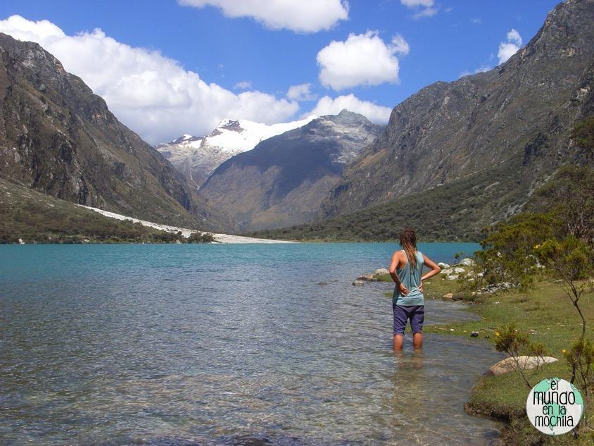 Peter con los pies dentro de la laguna de Llanganuco. Huaraz y la Cordillera Blanca