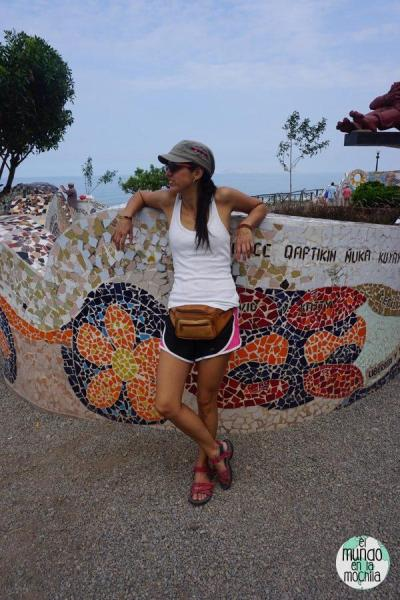 Gaby arrimada a una pared cubierta de mosaicos en el Parque del Amor en Lima Perú