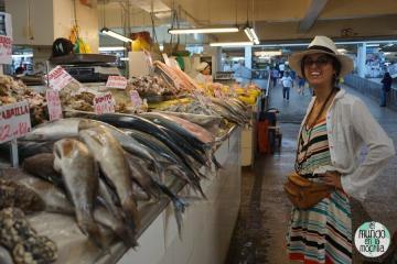 Gaby junto a muchos peces en el mercado central de Lima Perú