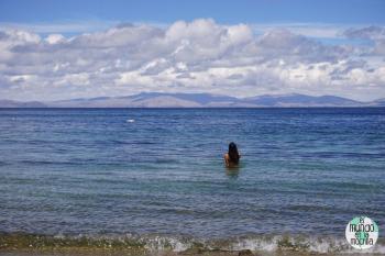 Gaby bañándose en la Isla del Sol, en el Lago Titicaca