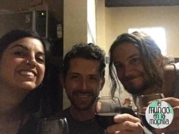 leo-gaby-peter-brindis-vino