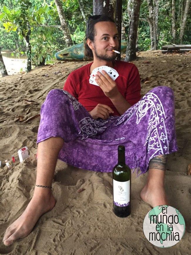 Peter_en_modo_playero_vino_cartas