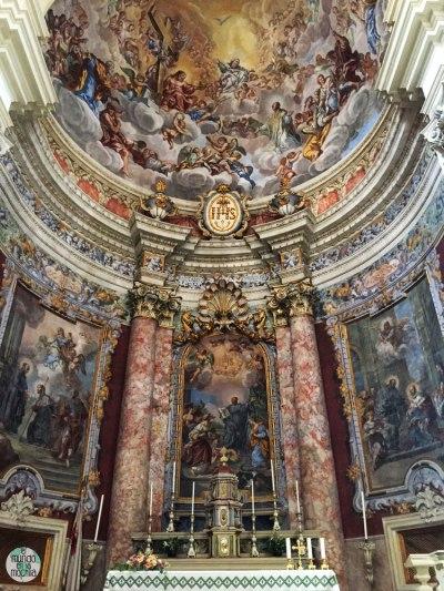 El atar de la Catedral de la Asunción de la Virgen, de estilo barroco y sobrecargado en tonos rojos y rosados