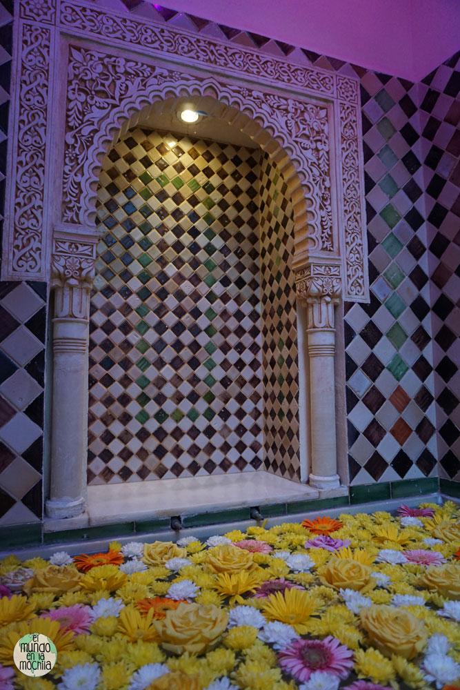 Fuente de casa Al-Andalusí con rosas de colores