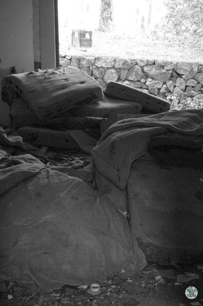 Colchones en hotel abandonado