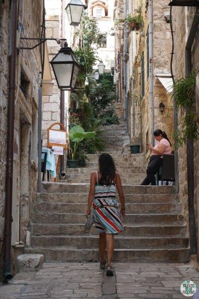 Gaby subiendo por escalones de Dubrovnik