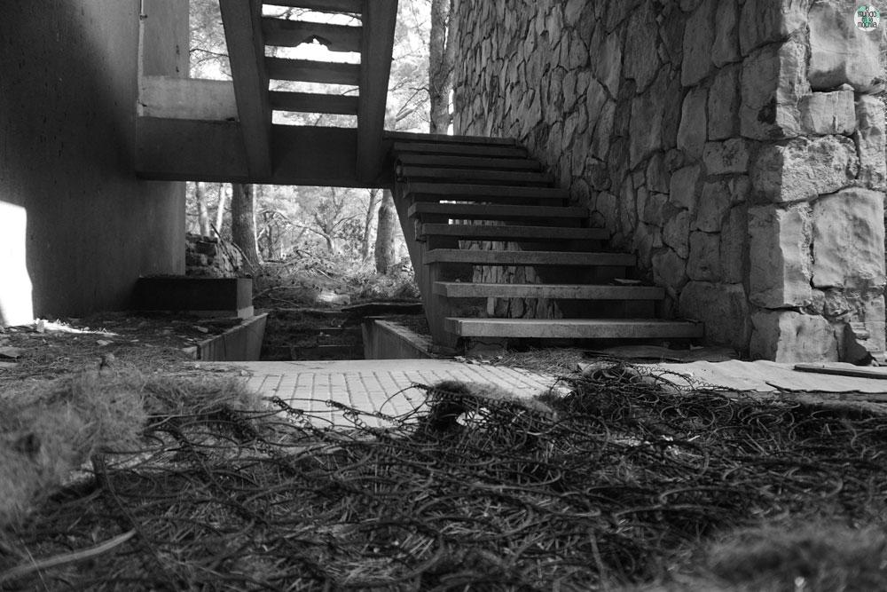 Escalera en hotel abandonado