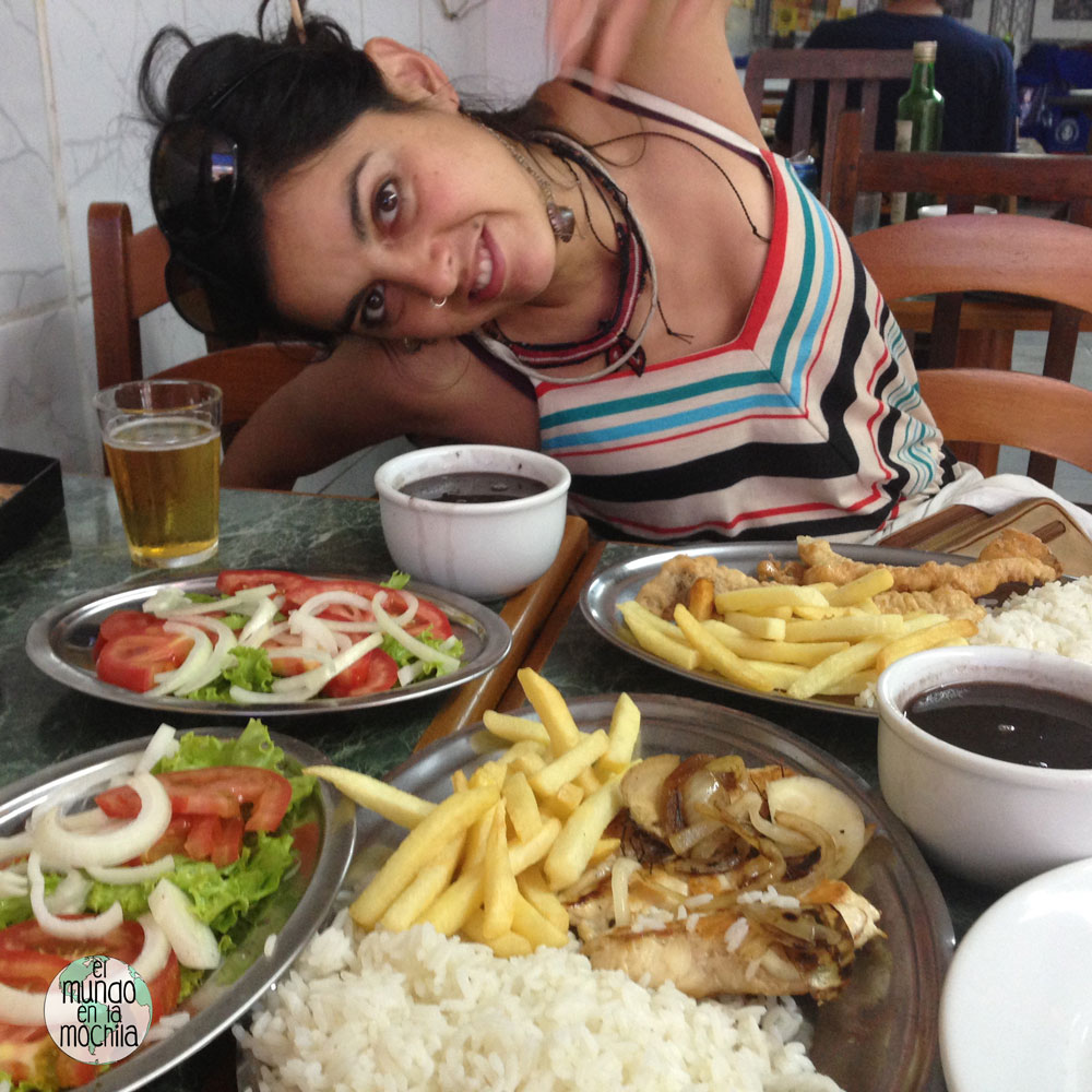 Gaby elmundoenlamochila probando las delicias de la comida brasilera
