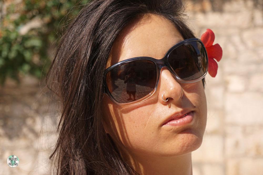 Primer plano de Gaby elmundoenlamochila posando con una flor roja en Stari Grad, Hvar
