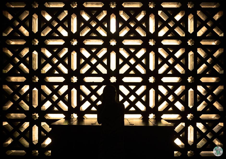 Gaby frente a la luz que entra en las ventanas mudejar de la Catedral Mezquita de Córdoba