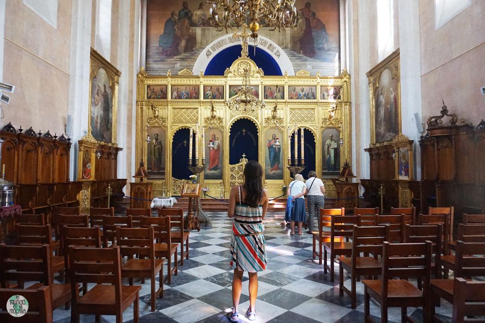 Gaby caminando dentro la iglesia Serbo-Ortodoxa y su altar dorado
