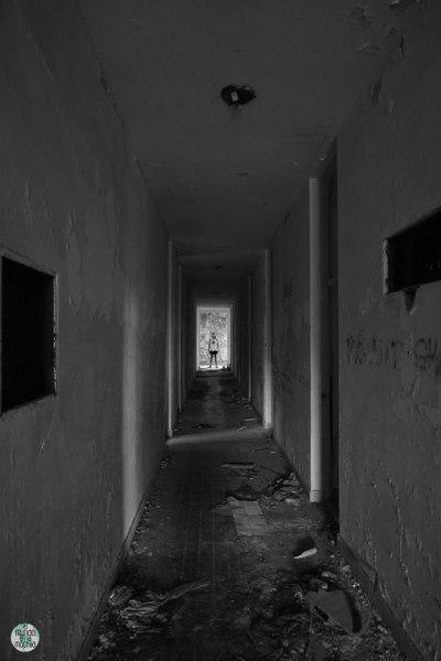 Pasillo en hotel abandonado