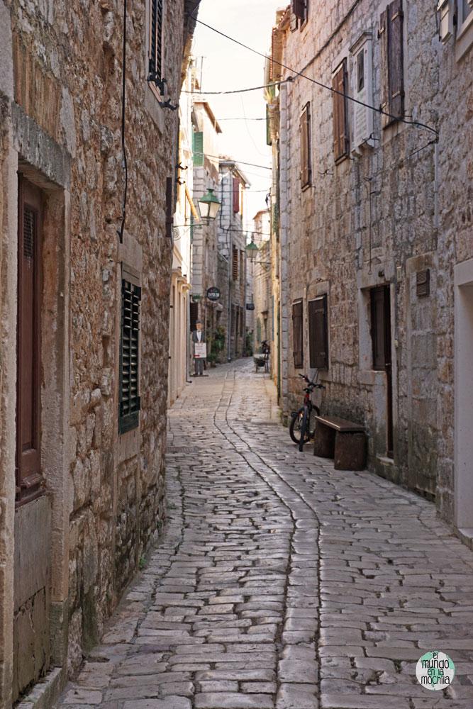 Calle con un leve zig zag en el centro de Stari Grad, Hvar