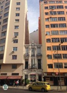 Un edificio histórico de Rio de Janeiro aplastado por dos gigantes de cemento