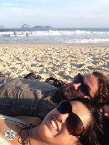 Gaby y Peter de elmundoenlamochila en la Playa de Ipanema