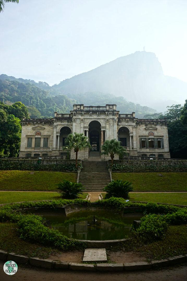 Escuela de Artes Visuales de Río, en el Parque Lage, con el Cristo Redentor de fondo