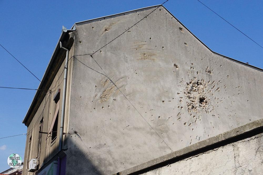 Impacto de mortero sobre un edificio