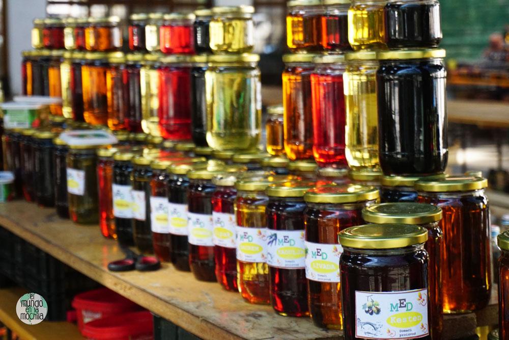 Decenas de variedades de miel listas para la venta, en el centro de Mostar