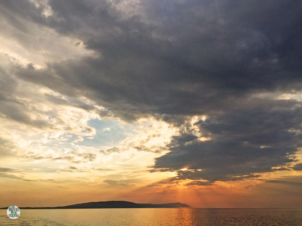 Increíble puesta del sol entre las nubes desde la Isla Hvar